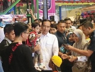 Ajak Main Cucu di Mal Bogor, Jokowi Diburu Warga untuk Foto