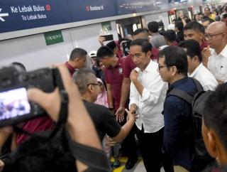 Saat Penumpang MRT Berdesakan Ingin Dekati Jokowi
