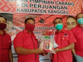 Krisantus Salurkan 300 Paket Sembakau di Sekadau