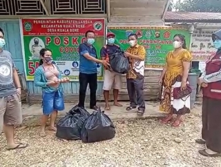 Karolin Bantu Warga Dusun Nyawan Saat Isolasi Mandiri