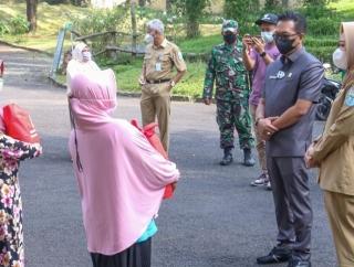 Bupati Tiwi & HR Bambang Irawan BeriBansos Bagi UMKM Wisata