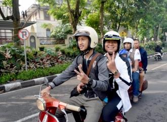 Bergaya Dilan, Kang Hasan Keliling Cimahi Naik Vespa