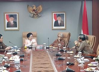 Hasto Yakin Mahfud MD Tetap Bersama Jokowi