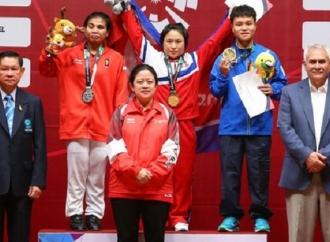 Puan Kalungkan Medali bagi Pemenang Angkat Besi Putri