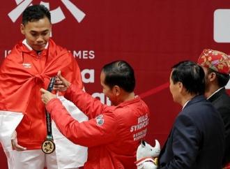 Emas Kelima Dikalungkan Presiden bagi Lifter Eko Yuli