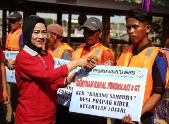Bupati Idza Serahkan Bantuan Kapal Nelayan