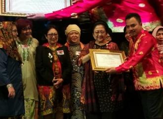 Megawati Terima Penghargaan dari Purna Paskibraka