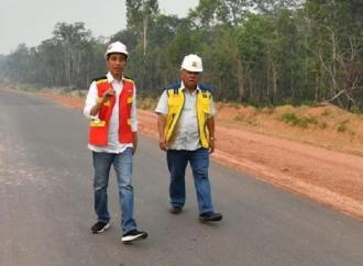 Jokowi Jalan Kaki Tinjau Jalur Trans Papua