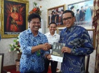 Gubernur NA Bersemangat Terima Buku Wisata Alam Sulsel