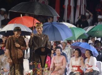 Jokowi Payungi Bendesa Saat Berdialog di Panggung