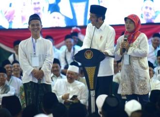 """Jokowi Dapat Ucapan """"Jangan Lupa Bahagia"""" dari Santri"""