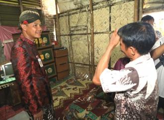 Ganjar Renov Rumah Tetangga Sudirman Said yang Hampir Rubuh