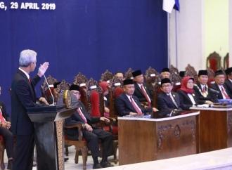 Pelantikan Rektor Undip, Ganjar Banggakan Dua Tokoh Besarnya