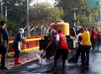 Risma Pimpin & Terjun Langsung Bersihkan Jalur Pedestrian