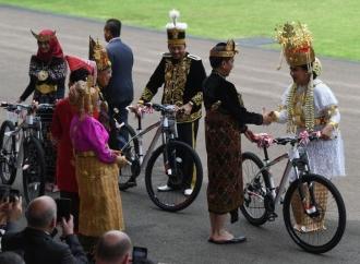 Presiden Berikan Tiga Sepeda Bagi Tiga Kostum Terbaik