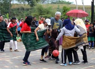 Serunya Saat Ganjar Main Futsal Lawan Emak-emak