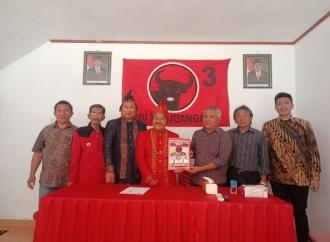 Berbaju Adat Toraja Utara, Thomas Raya Kembalikan Formulir