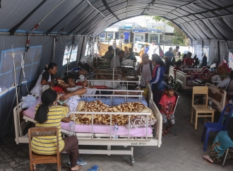 Mercy Barends Bantu Korban Gempa di Maluku