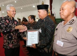 Ganjar Serahkan Penghargaan Kepada 1.136 Pendonor Darah