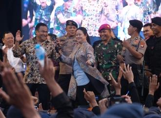 Keseruan Puan Bernyanyi & Bergoyang Bersama TNI/Polri