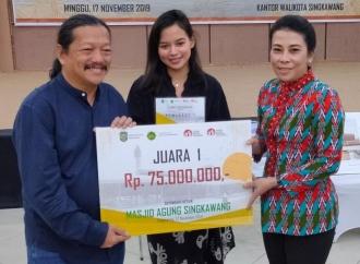 Tjhai Serahkan Hadiah Sayembara Desain Masjid Agung