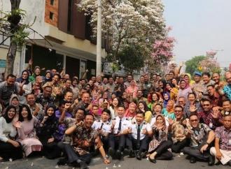 Risma Ajak Kepala OPD Kota Surabaya Lihat Bunga Tebebuya