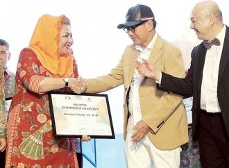 Hendi Sabet Penghargaan Wali Kota Entrepreneur Award 2019