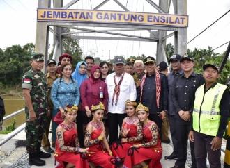 Ditemani Lasarus, Basuki Resmikan Jembatan Gantung