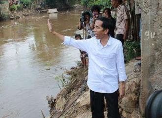 Saat Banjir Jokowi Lakukan Sesuatu, Anies Tidak !