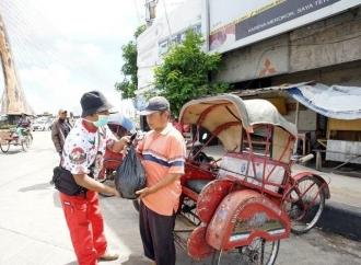Relawan Gibran Bagikan Sembako ke Warga Terdampak Corona