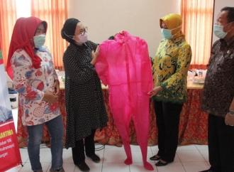 Selly Sumbangkan APD & Masker untuk Dinkes Cirebon
