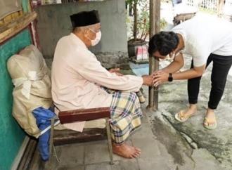 Gibran Bagikan Ratusan Sembako di Empat Titik di Kota Solo