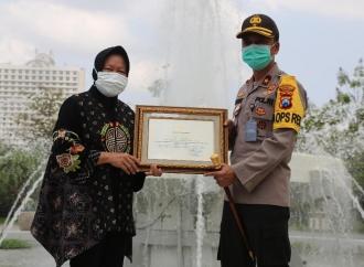 Risma Beri Penghargaan ke Jajaran Polrestabes Kota Surabaya