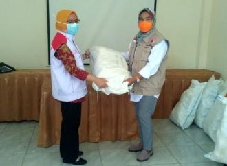 Sri Salurkan Bantuan Penanganan Corona di Banjarnegara