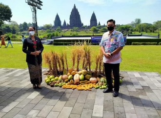My Esti Salurkan Bantuan Kemenparekraf ke Seniman Prambanan