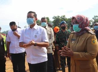 Mensos Tunaikan Janji Presiden Serahkan Bansos di Bogor