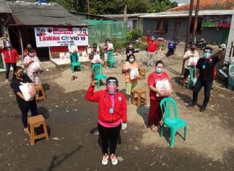 TMP Jaktim Bagikan Ratusan Sembako dengan Protap Kesehatan
