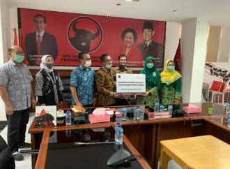 PDI Perjuangan DKI Jakarta Serahkan APD ke RS Islam