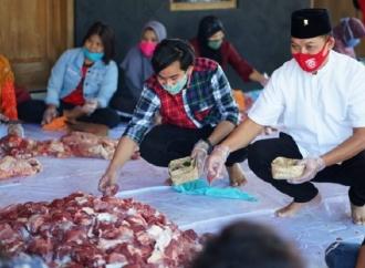 Idul Adha di Jebres, Gibran & Teguh Bantu Pemotongan Daging