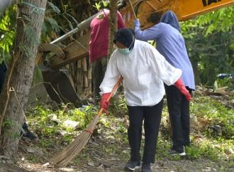 Antisipasi Banjir, Risma Pantau Pengerukan Lumpur Sungai