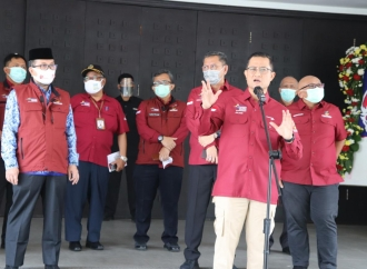 Juliari Saksikan Penyaluran Bansos Beras di Cirebon
