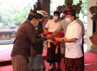 Gubernur Koster Suntik Desa Adat Dana Rp74,65 Miliar