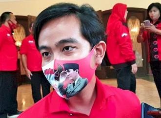 Blusukan di Jogobayan, Gibran Bagikan Masker