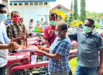 Ansy Serahkan Traktor Tangan & Pompa Air Pada Petani TTS