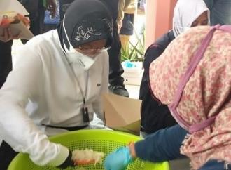Mensos Risma Ikut Bungkus Nasi di Dapur Umum Bencana Jember