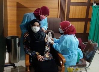 Jalani Vaksinasi COVID-19 Perdana, Ini Yang Dirasakan Ineu