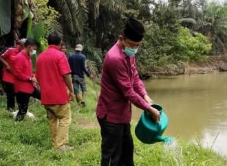 Banteng Labuhanbatu Utara Rawat & Pupuk Pohon di DAS
