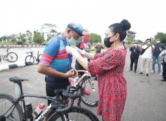 Bupati Karolin Sambut Kedatangan Kalbar Cycling Marathon