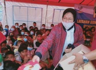 Begini Gaya Risma Menghibur Anak-anak Korban Banjir