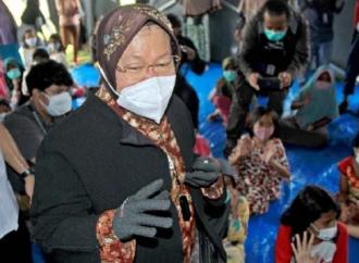 Pemda Lambat, Risma Marah Saat Tinjau Korban Banjir NTT